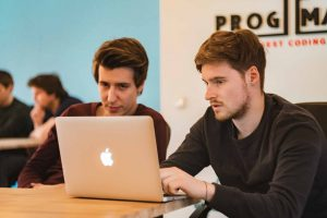 Magyarországon mintegy 22 ezer betöltetlen állás van a magas programozó fizetések ellenére